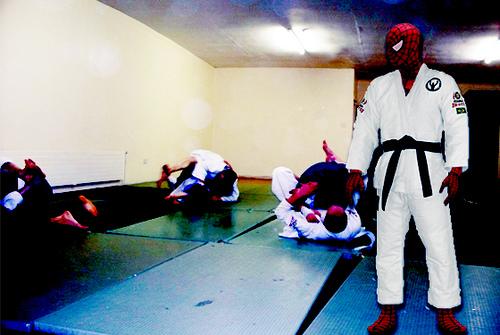Você não precisa de super-poderes pra começar a lutar jiu-jitsu