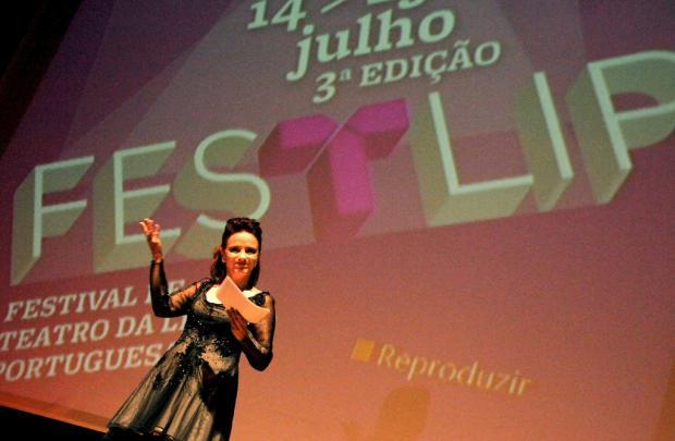 Tânia Pires, organizadora do Festlip, subitamente lembra que esqueceu o bolo no forno.