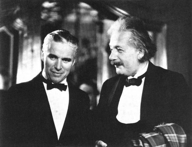 """Charles Chaplin & Albert Einstein: """"se você continuar insistindo pra eu fazer piadas, eu vou te pedir pra provar a relatividade no quadro negro agora!"""""""
