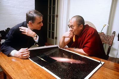"Carl Sagan & Dalai Lama: ""você conhece aquela do 'make me one with everything'?"""