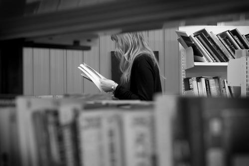 Bibliotecas são excelentes locais pra paquerar meninas letradas – mas evite stalkear, ok?