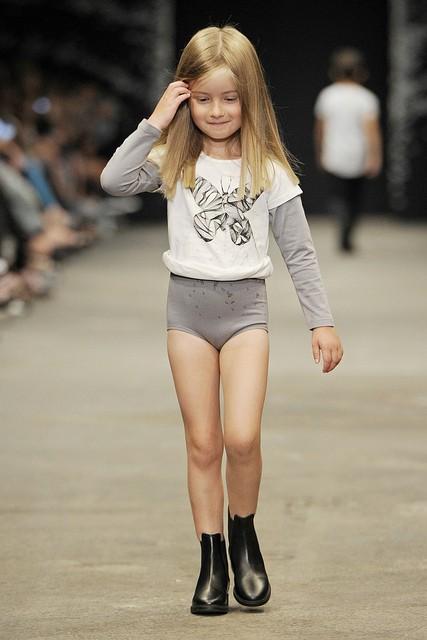 É isso que estão querendo fazer as crianças vestirem hoje em dia?