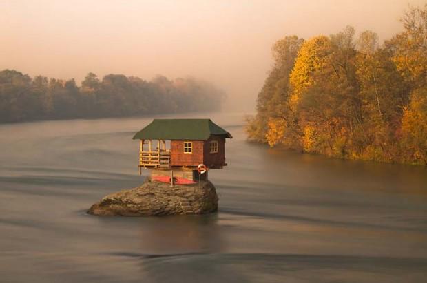Casa no meio do Rio Drina perto da cidade de Bajina Basta, Servia (Foto: Irene Becker)