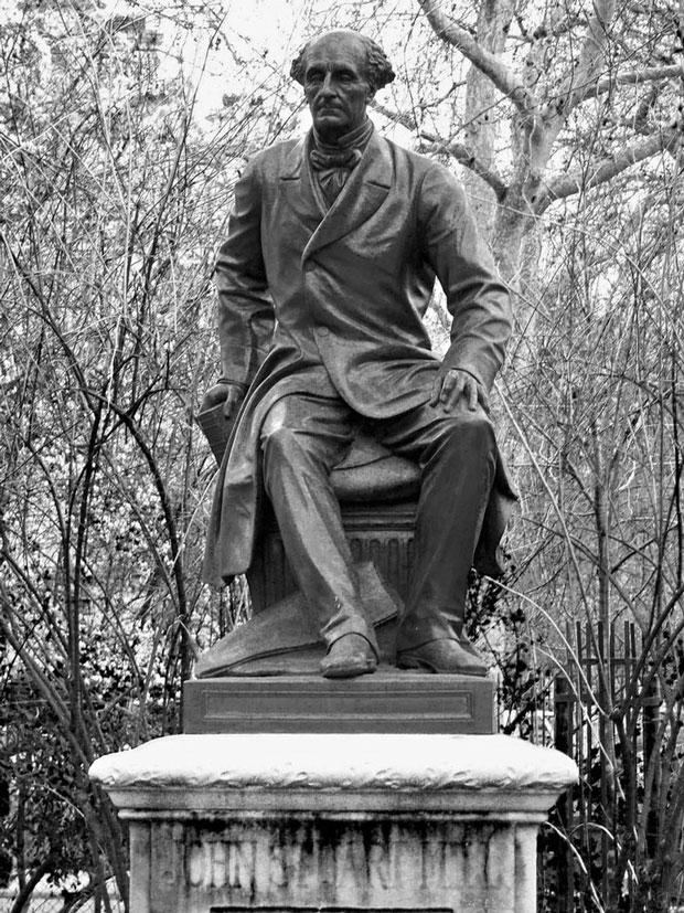 Estátua de Mill em Temple, região central de Londres