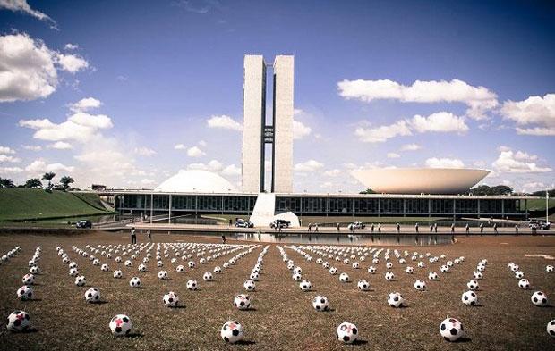 Intervenção em Brasília - as bolas de futebol espalhadas pelo gramado do congresso remetem a túmulos de guerra