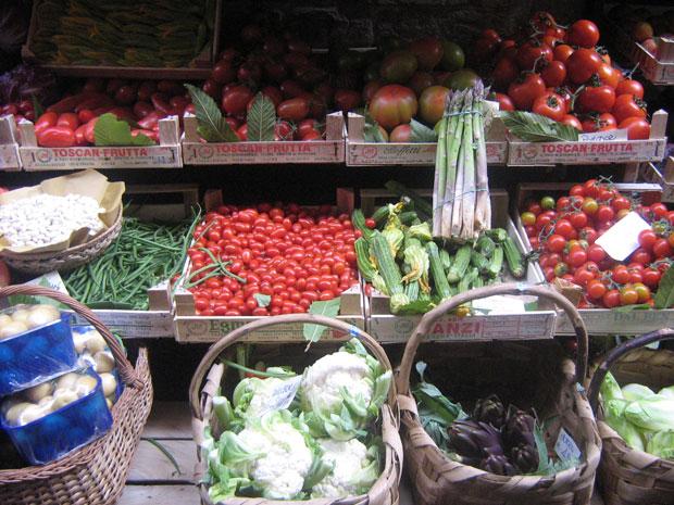 Tomates doces, aspargos frescos e pétalas de alcachofras numa barraquinha próxima a casa de Dante Alighieri