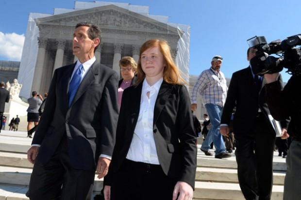 Abigail Fisher, descendo os degraus da Suprema Corte.