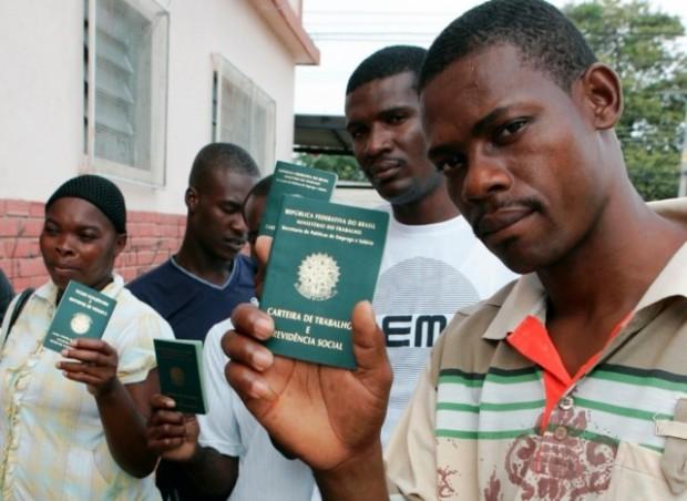 Imigrantes haitianos com suas recém-obtidas carteiras de trabalho brasileiras.