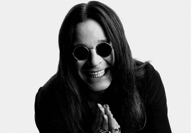 O hoje boa praça e vovô do rock do capeta, Ozzy não abandona seu óculos  redondo