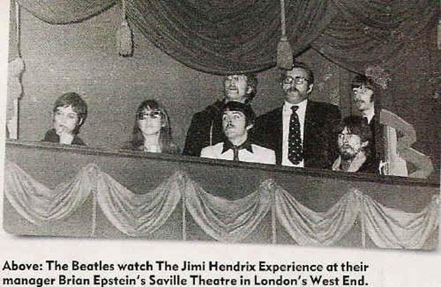 Na foto, Paul e George sentados e, em pé, John e o Ringo