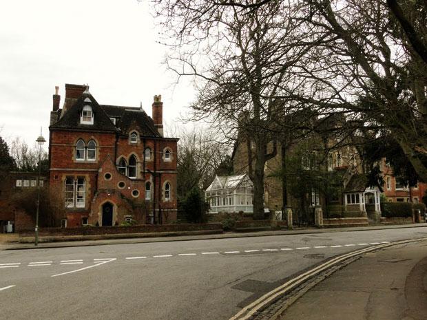 À caminho do centro de Oxford, fachadas vitorianas e bordos desfolhados