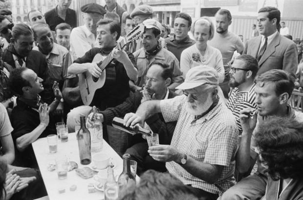 O Ernest Hemingway chutou o balde, foi pra Plaza del Castillo em 1959... beber