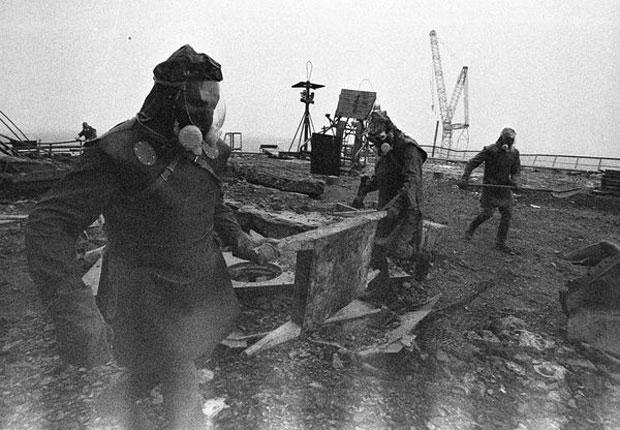 Liquidadores limpando o teto em Chernobyl depois que os robôs estragaram. As manchas brancas na parte de baixo da foto se devem a intensa radiação de partes de grafite e metal que voaram para lá diretamente do núcleo do reator após a explosão.