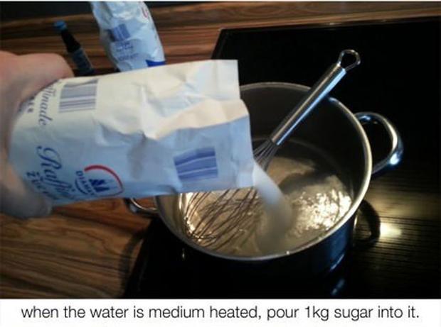 """""""Quando a água estiver meio aquecida, coloque um quilo de açúcar dentro da panela"""""""