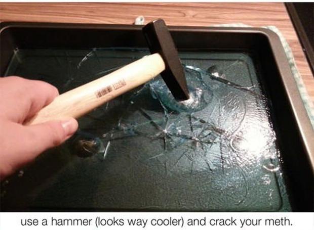 """""""Use um martelo (fica muito mais legal) e quebre-a"""""""