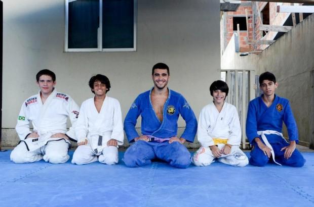 Ricardo(ao centro), o representante brasileiro na competição, com seus alunos