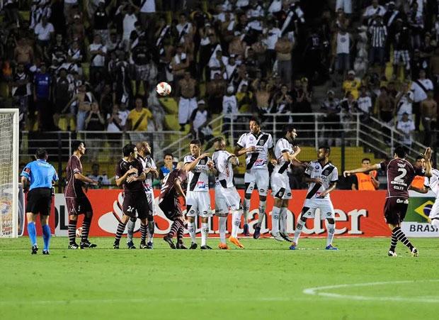 Goltz cobra a falta e marca o gol