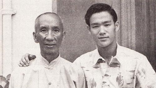 Um impúbere Bruce Lee com Yip Man
