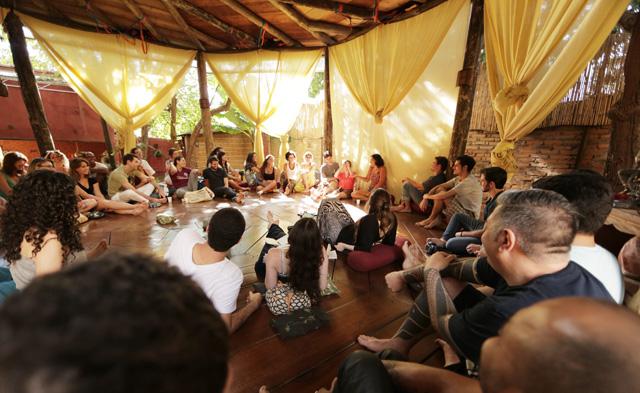 Foto do último encontro do lugar, com a Carolina Bernardes, sobre como viajar e viver sem dinheiro (o áudio na íntegra já está disponível dentro do lugar)