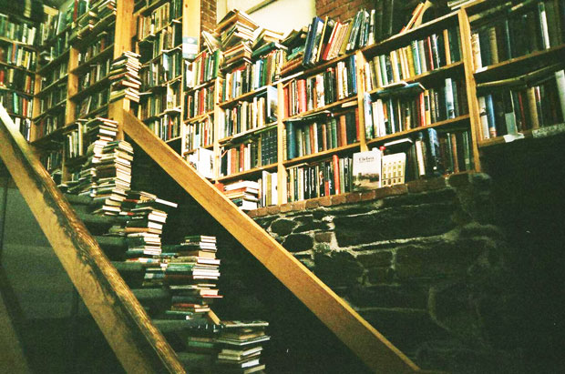 Todo mundo quer viver tropeçando em livros até começar a tropeçar em livros