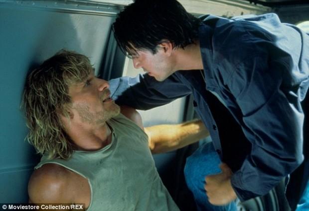 24 - Keanu Reeves tentando descobrir onde ele comprou essa regata loka