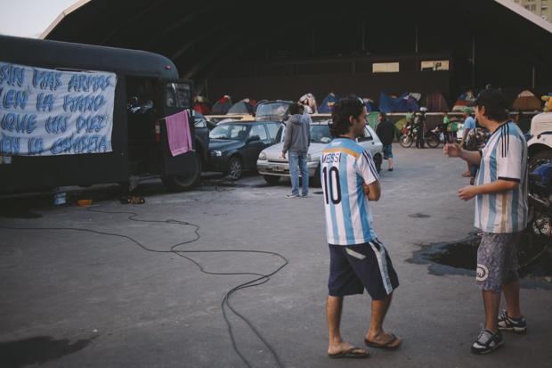 Centenas de barracas e camisas de argentina dominaram o sambódromo e o Terrerão