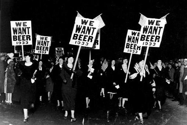 Mulheres pedindo o fim da proibição do álcool nos Estados Unidos em 1933
